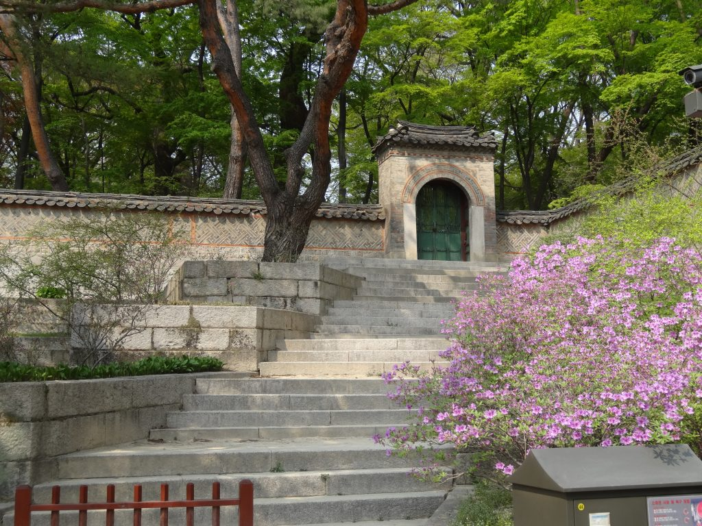 La porte qui conduit au jardin secret de Changdeokgung.